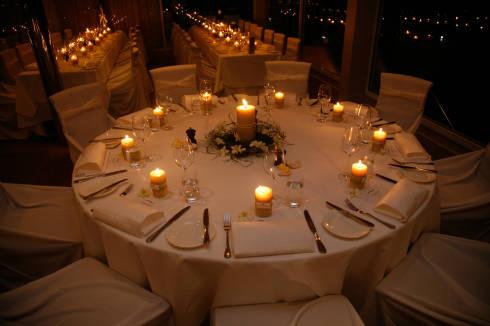 Decoração de mesa de jantar para casamento com velas