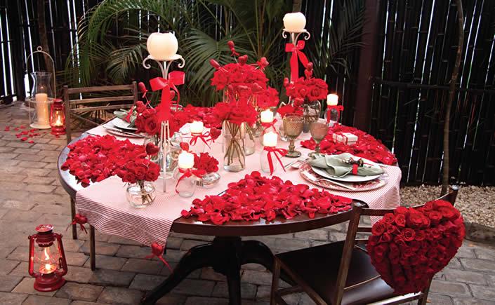 Decoração de mesa de jantar romântico com muitas flores
