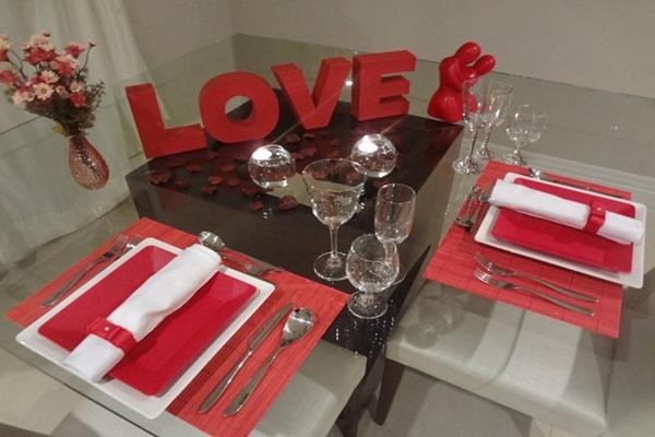 Decoração de mesa de jantar romântico com palavras