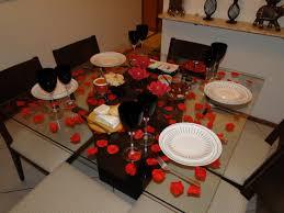 Decoração de mesa de jantar romântico com petalas