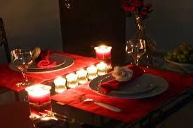 Decoração de mesa de jantar romântico com velas pequenas