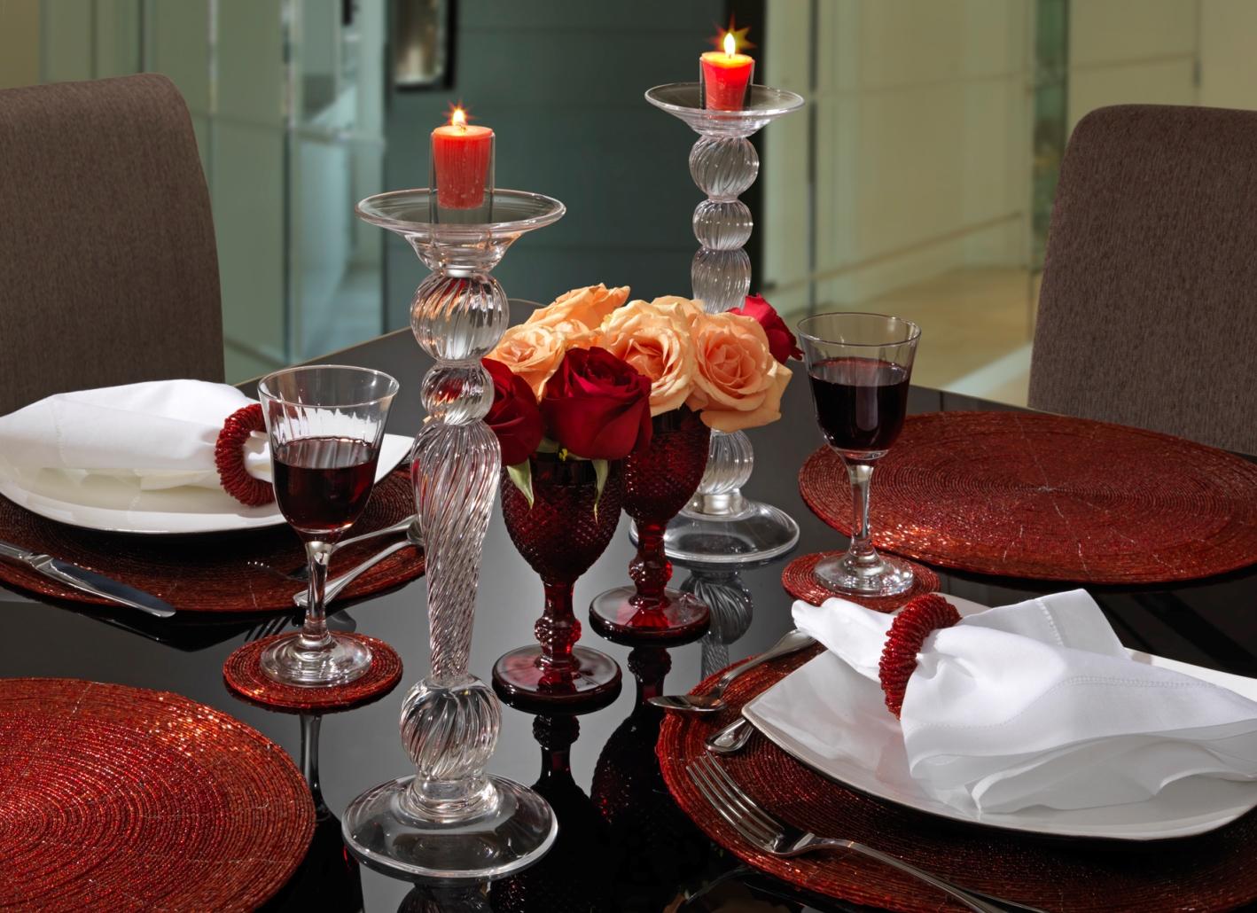 Decoração de mesa de jantar romântico com velas