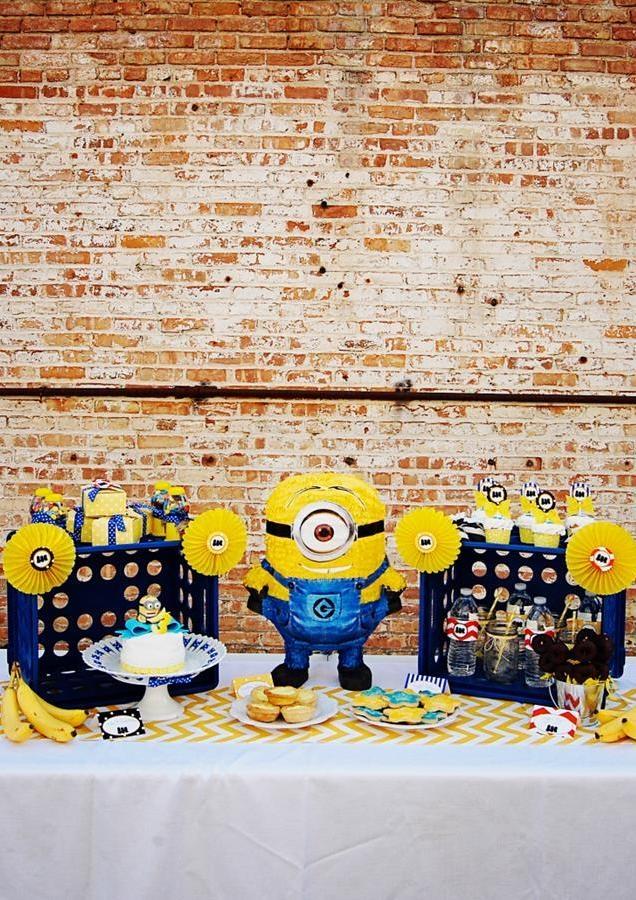 bonequinhos dos minions em decoração de festa infantil