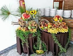 mesa de frutas para casamento rustico