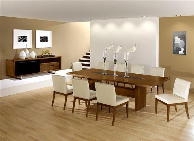 mesa de madeira com vasos de vidro longos
