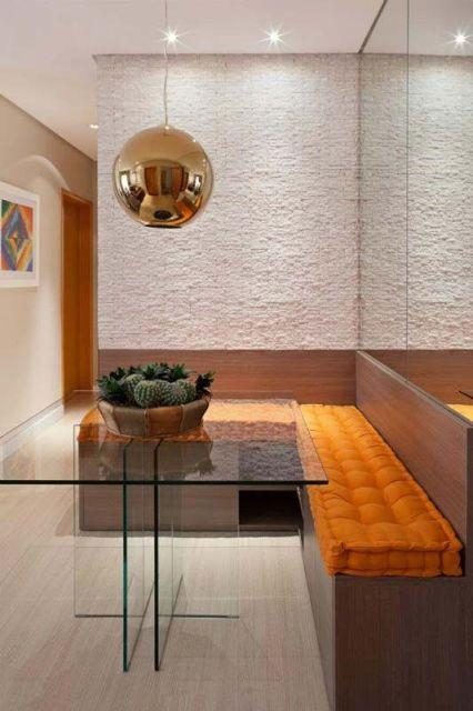 mesa de vidro com cactos