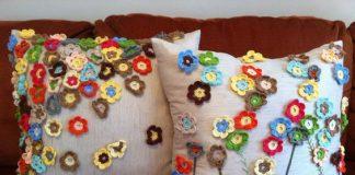 Almofadas de crochê com flores pequenas
