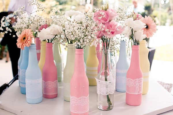 Arranjos de mesa com garrafas coloridas