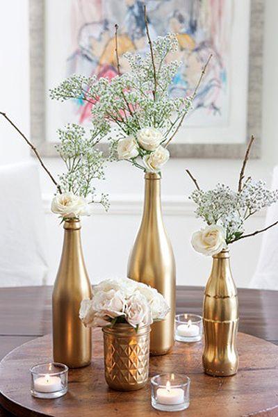 Arranjos de mesa com garrafas douradas