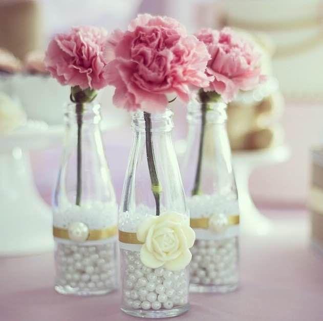 Arranjos de mesa com garrafas e rosas