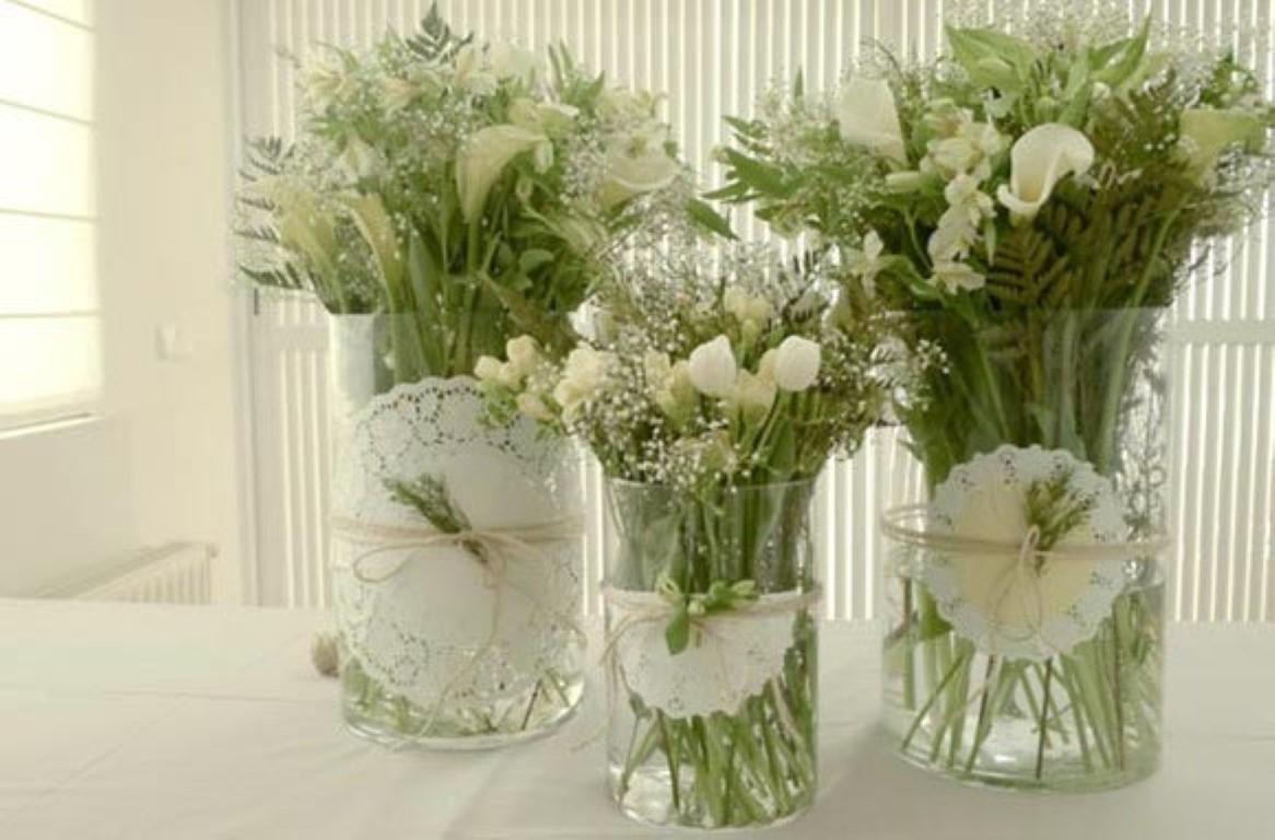 Arranjos de mesa simples com lindos vasos