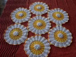 Artesanato com cd e crochê branco e amarelo