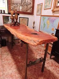 Artesanato em madeira rústica na mesa