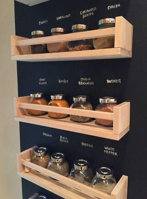 Artesanato em madeira reciclada com prateleiras