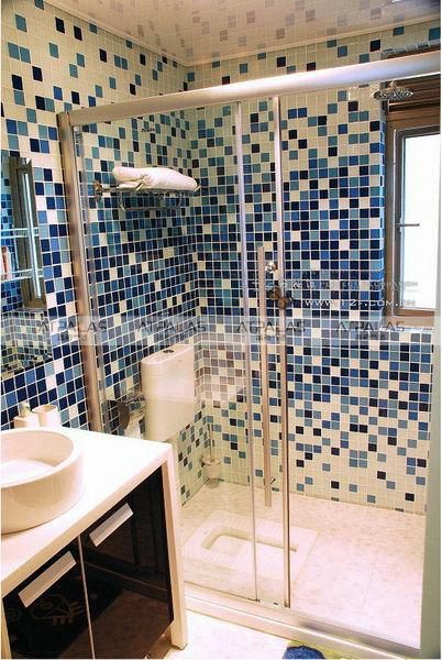 Cerâmica para banheiro azul eto e branco
