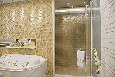 Cerâmica para banheiro bege e dourado