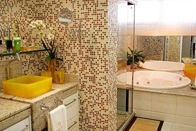 Cerâmica para banheiro bege e vermelho