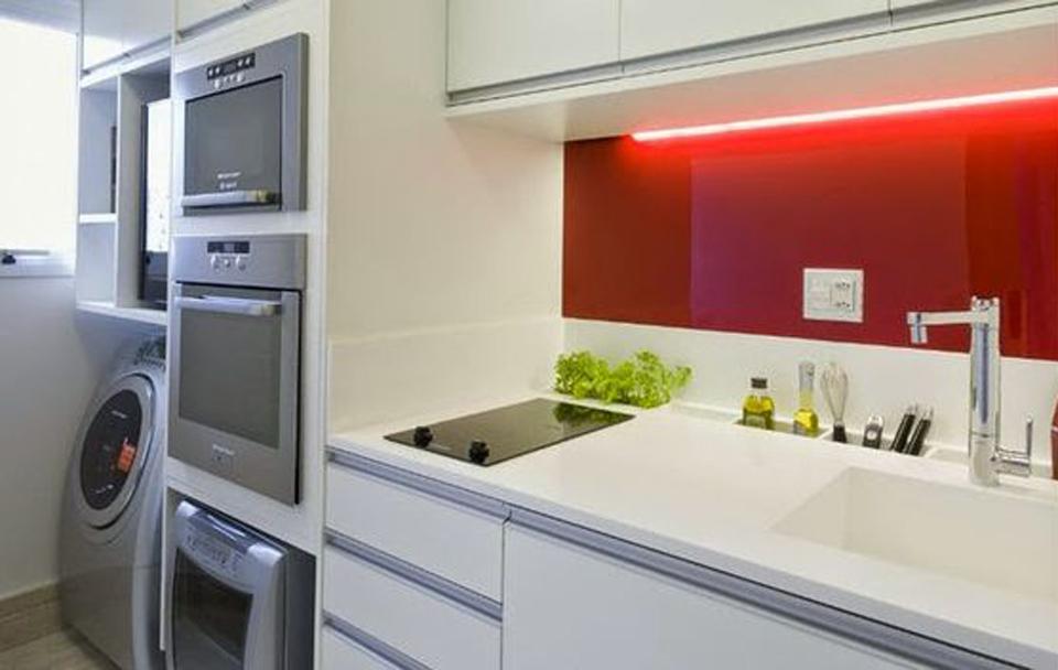 Cozinha de apartamento pequeno com lavanderia