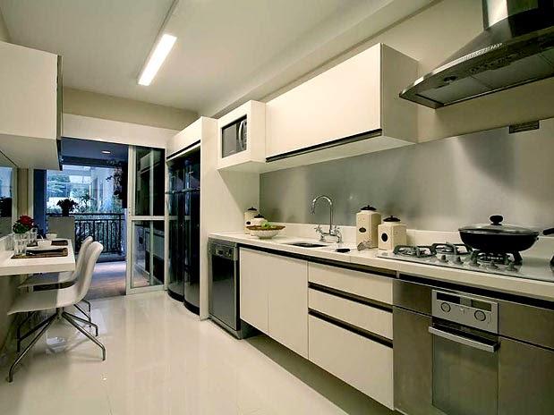 Cozinha de apartamento pequeno com mesa