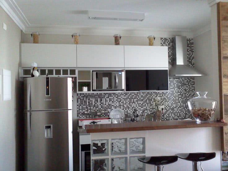 Cozinha de apartamento pequeno com pastilhas