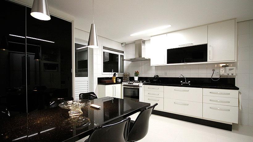 Cozinha de apartamento pequeno preto e branco