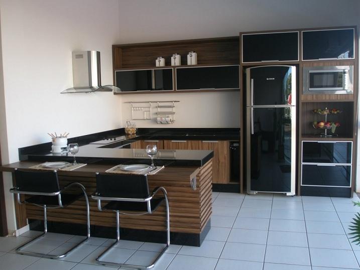 Cozinha planejada com balcão