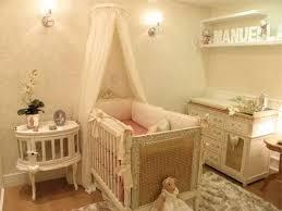 Decoração de quarto de bebê feminino em bege
