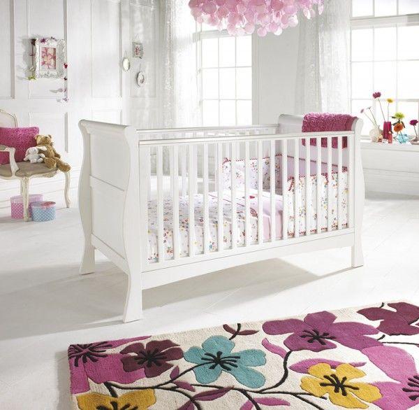 Decoração de quarto de bebê feminino em branco