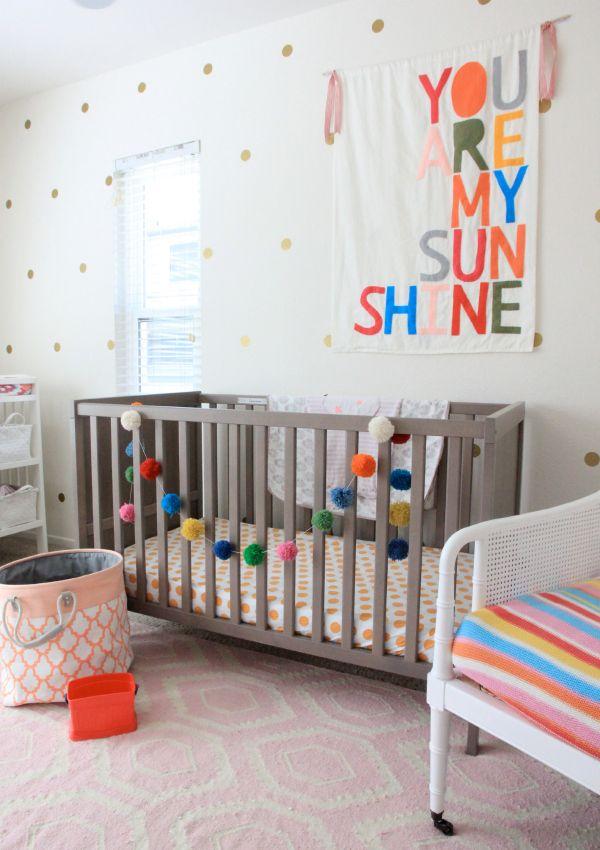 Decoração de quarto de bebe simples colorido