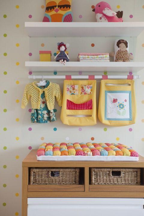 Decoração de quarto de bebe simples com prateleira