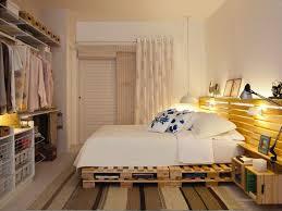 Decoração de quarto de casal pequeno com guarda-roupa em pallets