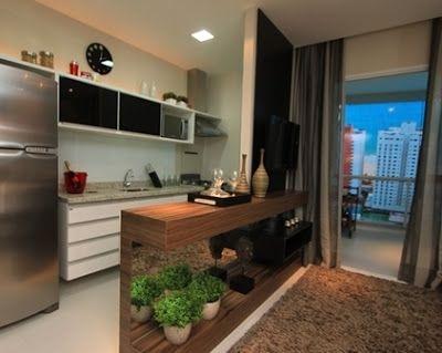 Decoração moderna de cozinha com balcão em amdeira