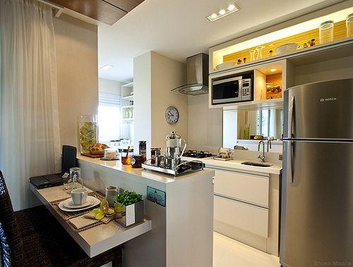 Decoração moderna de cozinha com balcão