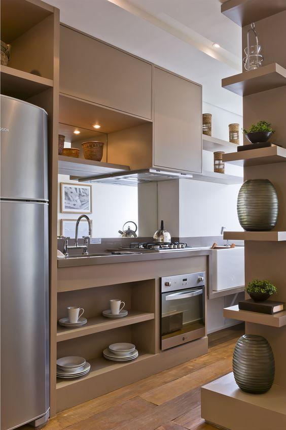 Decoração moderna de cozinha com prateleiras