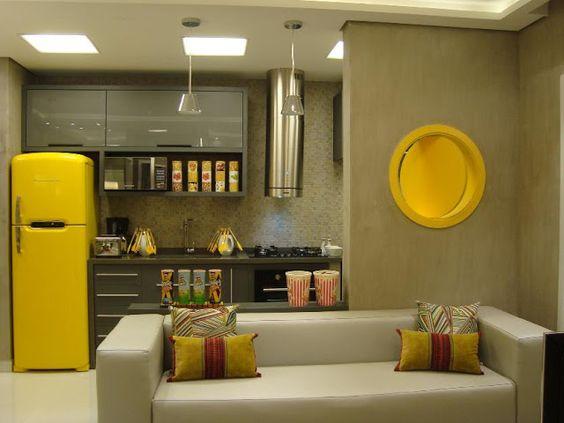 Decoração moderna de cozinha com toques de amarelo