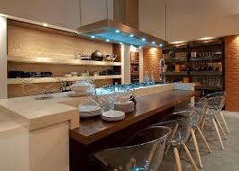 Decoração moderna de cozinha e ampla