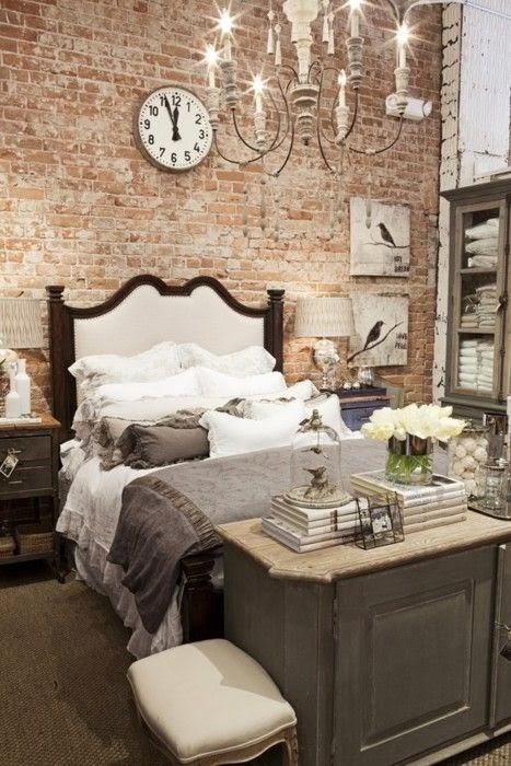 Lustre para quarto de casal com parede rustica