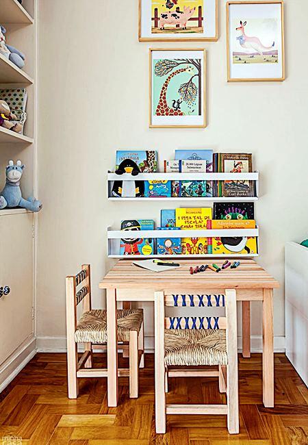 Prateleira para livros quarto infantil perto da mesa