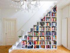 Prateleiras para livros criativas de baixo da escada