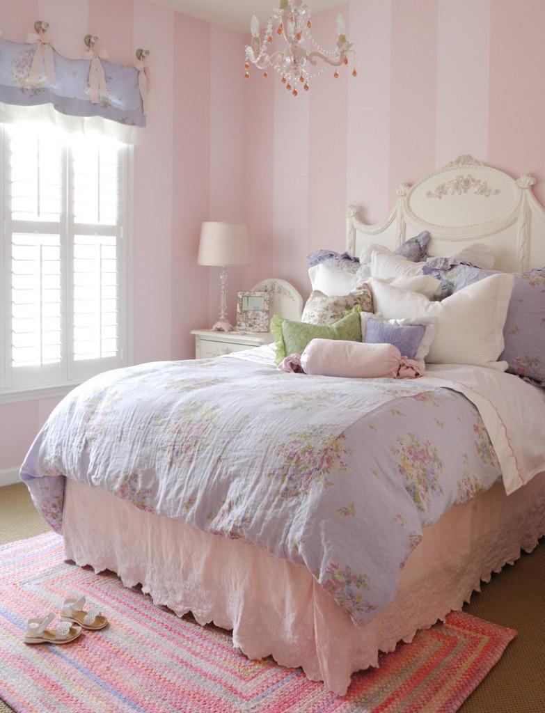 Quarto de menina com uma cama confortavel e lençois bonitos