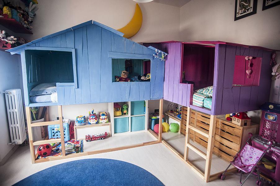 Quarto para meninos com casinhas de madeira