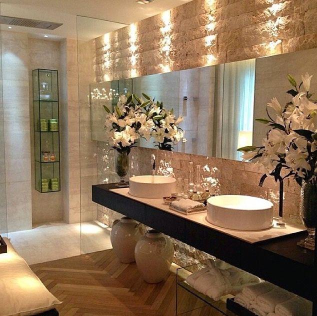 Revestimento para banheiro pequeno e bem iluminado