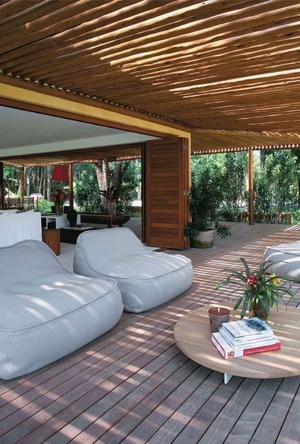 Varanda de madeira com sofas brancos