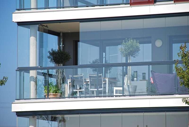 Varanda de vidro com plantas