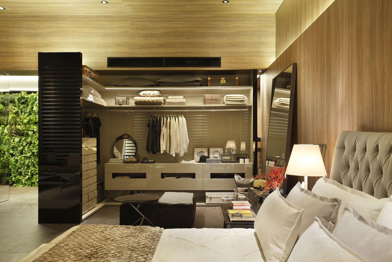 closet para casal em madeira no quarto