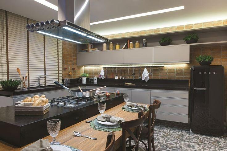 cozinhas modernas com bancada e mesa