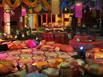decoração de festa indiana muitas almofadas