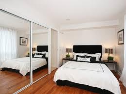 decoração de quarto de casal pequeno com guarda-roupa com espelho