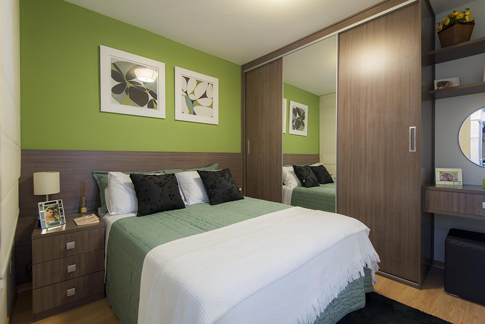 decoração de quarto de casal pequeno com guarda-roupa de correr