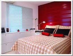 decoração de quarto de casal pequeno com guarda-roupa em gavetas